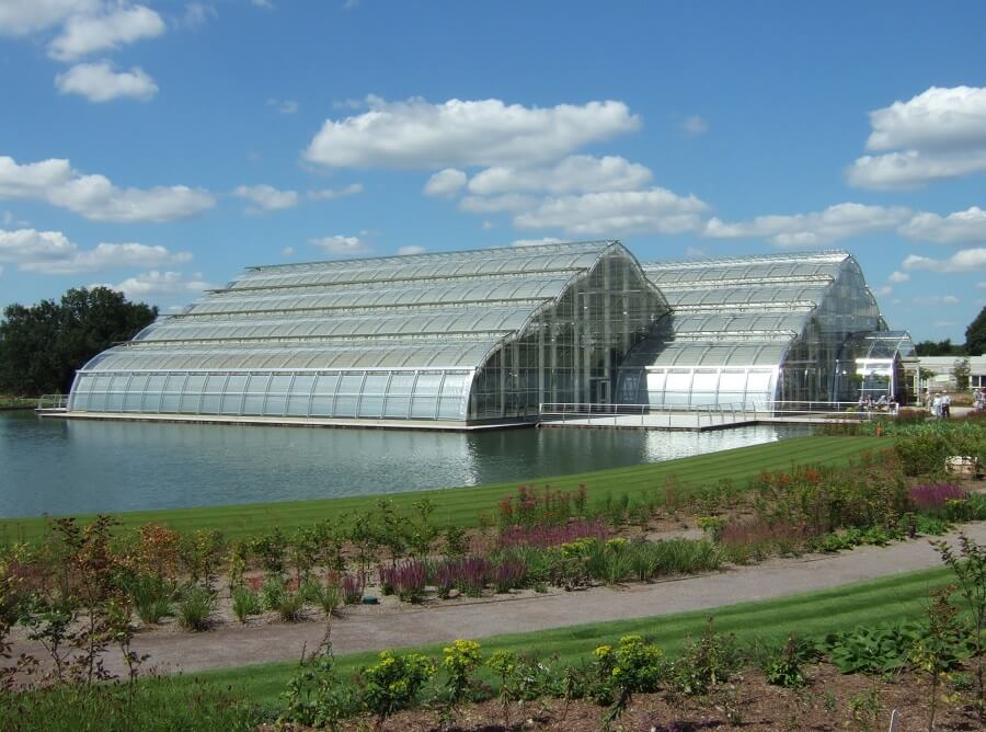 greenhouses which use solar panels for crops